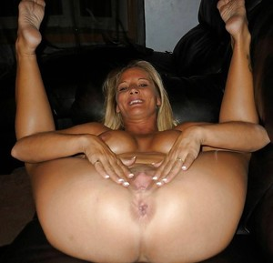 Big booty mature cougar opens her..