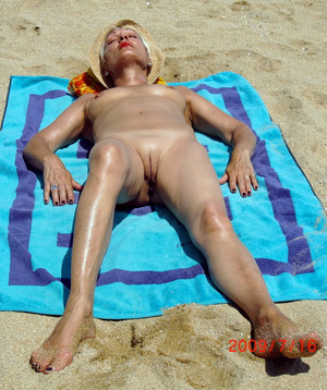 Fully naked mature women with shaved..