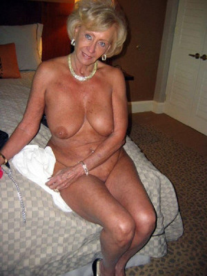 Still sexy mature women is naked in..