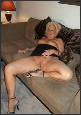 Nackt auf bett oma dem Oma Nackt